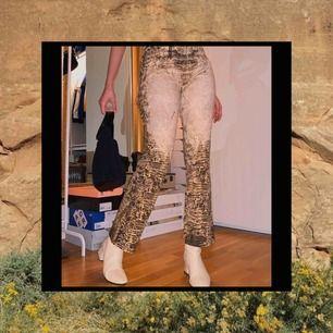 Vintage byxor från märket Roberto cavalli. Storlek M men passar S också. Beige, bruna. Frifrakt
