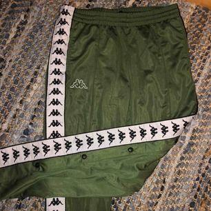 Sjukt trendiga kappa snap-pants. De är oanvända och har lappen kvar. Storlek M. Kan mötas upp i Sthlm eller frakta🙌🏼