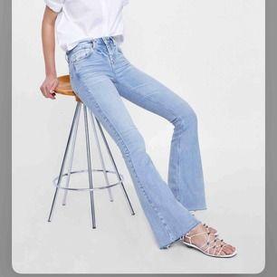 Skitsköna bootcut jeans från Zara som formar jätte  fint! Säljer för att de inte används. Perfekt i längden för mig som är 170! Köparen står för eventuell frakt!