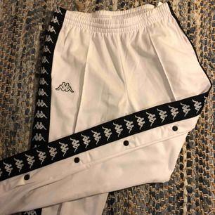Superfina vita kappa snap-pants. De är använda fåtal gånger men är i nyskick!
