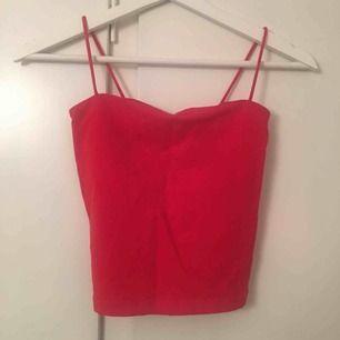 Snyggt rött linne från Gina Tricot, som nytt! 18kr frakt:)