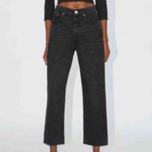 Säljer ett par HELT nya Zara jeans då de tyvärr är alldeles för stora.. storleken 40 passar nog en 40, men då jag är en 36 passar de inte.. Superfina annars😊 Möts i Sthlm, pris kan gå ner vid snabb affär