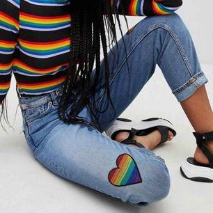 Ett par snygga jeans från Monki med broderade hjärtan på knäna. Sitter jättesnyggt och skönt, sälj dock pga de inte riktigt kommer till användning. Nyskick, använda högst 2 ggr, köptes för ca 400/500kr för ett år sedan. Priset går att diskutera.