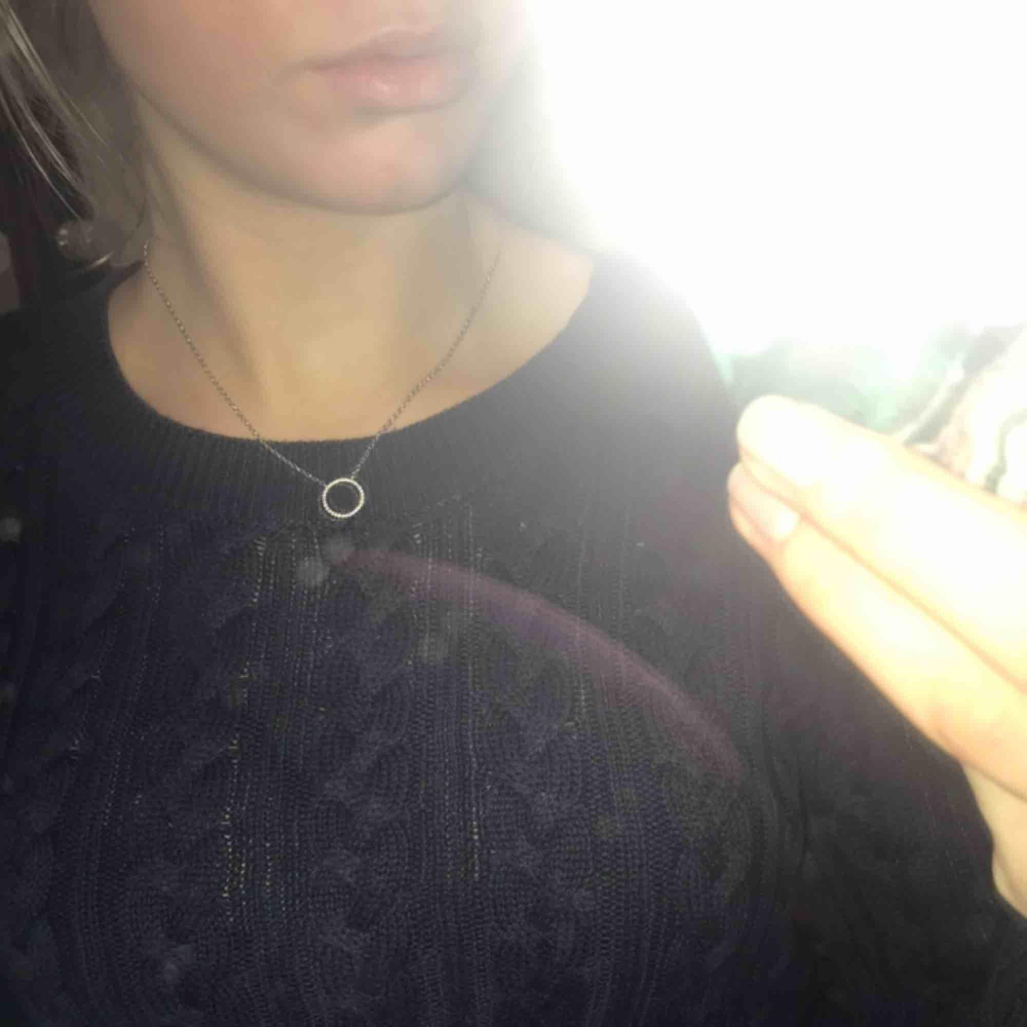 Skön stickad marin blå tröja från H&M. Huvtröjor & Träningströjor.