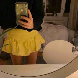 """Stretchig kjol, """"shorts"""" innuti. Väldigt söta volanger, säljer på grund av att jag inte fått så mycket användning för den."""