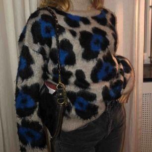 Super mysig lite fårig sliten  tröja 🥰  använd ett par gånger 💕 pris kan diskuteras - första bilden är lånad!!
