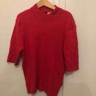 Rensar garderoben och vill bli av med allt, därav låga priser!! Kolla profilen:)   Ribbad halvpolo i rödrosa färg i storlek M. Skön att ha året om! Köparen betalar frakt, skriv för samfrakt!