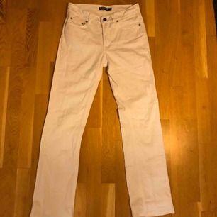 Kolla profilen, garderobsrensning och låga priser!   Filippa K jeans storlek W28L32 enligt lapp. Lite uppsydda men går att sprätta upp. Midjemått: 37cm tvärsöver. Innerbenslängd: 75cm 100% bomull! Köpare betalar frakt, skriv vid samfrakt!