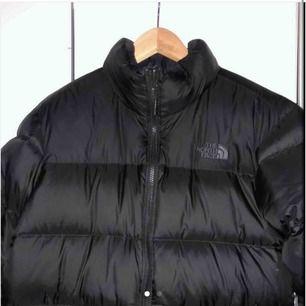 Blir tyvärr tvungen att sälja min north face jacka som jag köpt här på Plick p.g.a att den sitter för tajt. Har aldrig använt den sen jag köpt den och har inte märkt några fel på den! Säljer den såklart för lika mycket som jag la ut för den!