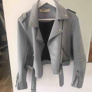 En mockajacka i storlek Medium från Zara.  Färg: Himmelsblå