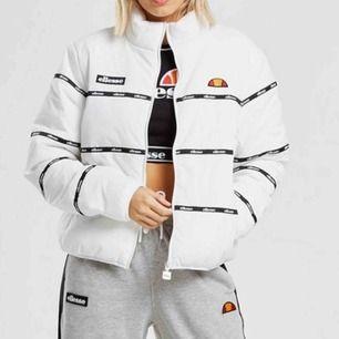 Snygg kortare vinterjacka från Elesse! Köptes på JD sports, säljs för att den inte riktigt är min stil och inte kommer till användning, nypris kring 800/900kr