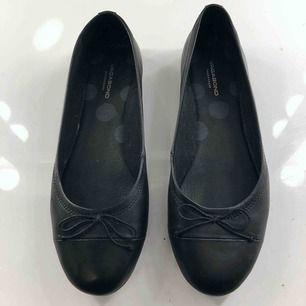 Svarta ballerina skor från vagabond, nypris 800 kr. Endast använda 2 gånger, säljer för att de är för små för mig. Material: skinn. Sula: gummi. Vid köp av flera plagg samfraktar jag, så in och kika!💕