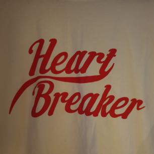 Vit t-shirt, med texten heart breaker, storlek S. Möts upp i Borås eller fraktas för 36:-