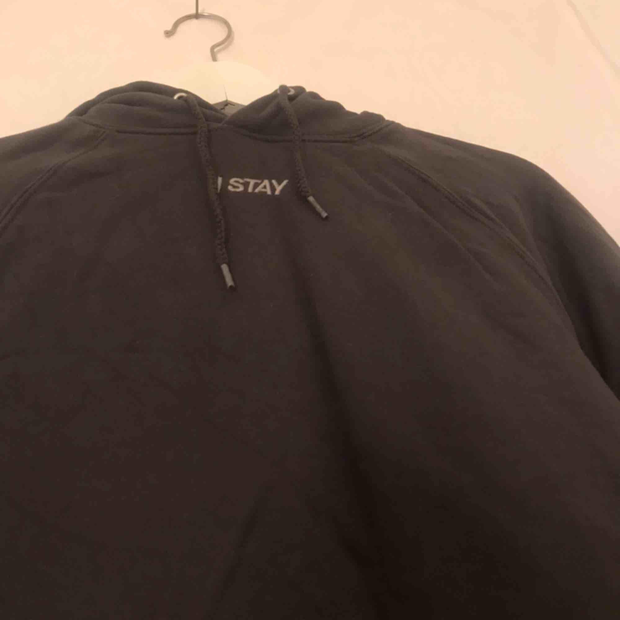 supersnygg hoodie från carlings! säljer pågrund av att jag ej får användning av den😢 använd max 2 gånger! frakt tillkommer på 79kr (möts ej upp!) 💕💕. Huvtröjor & Träningströjor.