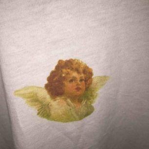 (175kr inklusive frakt) Säljer den här jätte fina tröjan från NA-KD, aldrig använd med prislapp och allting!💖 Nypris 249kr⭐️ Storleken är XS men den är väldigt oversized så jag skulle säga att den är S/M💕