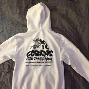 Skitsnygg tröja med ett snake tryck på ryggen och ett liten i fram, säljer då jag har föör många vita hoodies nu för tiden 😁