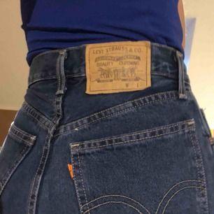 Har tyvärr växt ur de här fina Levi's jeansen! Högmidjade straight leg. Detta är samma byxor som jag har på bilderna med de svarta tröjorna, för att se färgen bättre.