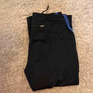 """Tränings leggings med en ficka i bak, oklart märke men de står """"Bagheera aex""""."""