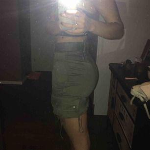 Militärgrön högmidjad vintage kjol från Urban outfitters 🍒