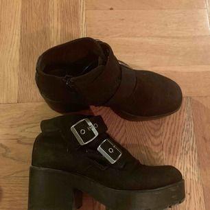 Vagabond boots med spännen. Begagnat skick men snygga och fräscha.