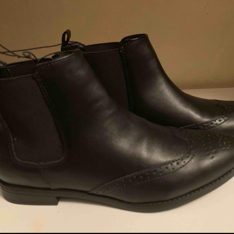 Nya Tjej boots snygg mönster lätta  Storlek 41 normal i storlek  Hämtas kan fraktas spårbar 63kr köparen betalar . Skor.