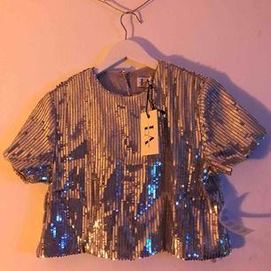 Silvrig paljett-tröja från Linn Ahlborgs festdrop! ✨ Säljer då den är för liten för mig, den är därför oanvänd och har prislapp kvar. Skulle rekommendera den för någon i storlek S eller liten M 🥰 Frakt är inräknat i priset!