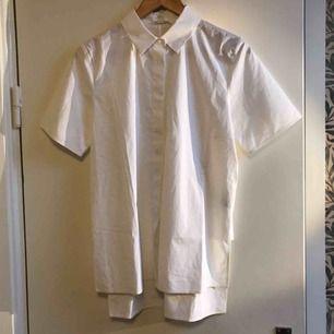 Vit kortärmad skjorta från COS.   Helt oanvänd!