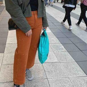 Skitsnygga vida jeans från weekday! De är i strl 42, men jag tycker dom är lite små i storleken på låren så skulle säga att de e en 40😜 nypris 500, de är använda men i fint skick utan slitningar. Säljer för 150 ☺️