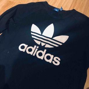 Tunn tröja från Adidas. Gott skick! Passar alla storlekar beroende på hur du vill att den ska sitta. Passar kille och tjej.