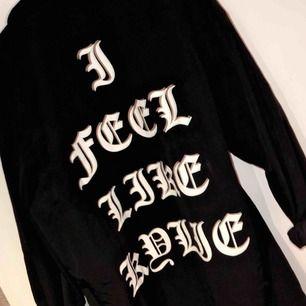 oversized svart tunnare jacka. strl M. använd 1 gång.  Köpt i london. Står