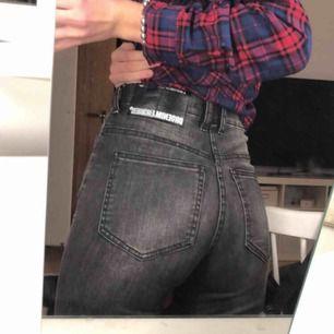 Säljer dessa dr denim jeans i superbra skick. De är för långa för mig och det är drf de säljs tyvärr, men de sitter perfekt annars 💕 de är gråa