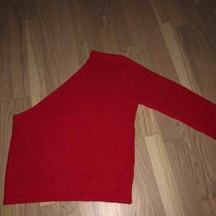 Säljer denna fina stickade tröja! Köpt av en tjej har på plick men den var tyvär för stor för mig, inga skador💓köparen står för frakten🥰skriv till mig för flera bilder❤️