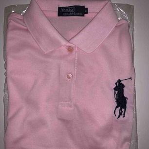 Helt ny Bra kopia Ralph Lauren Polo T-Shirt för tjejer Storlek: M men funkar S också. Frakt kostar 63kr med Spårnummer. Utan spår kostar 40kr