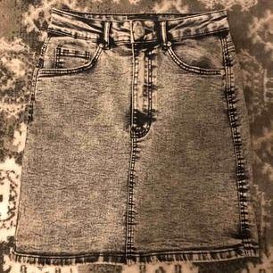 snygg jeanskjol från ZARA. Sitter snyggt på och är lite stretchig. Har dock inte kommit till användning, prislappen är av.💗