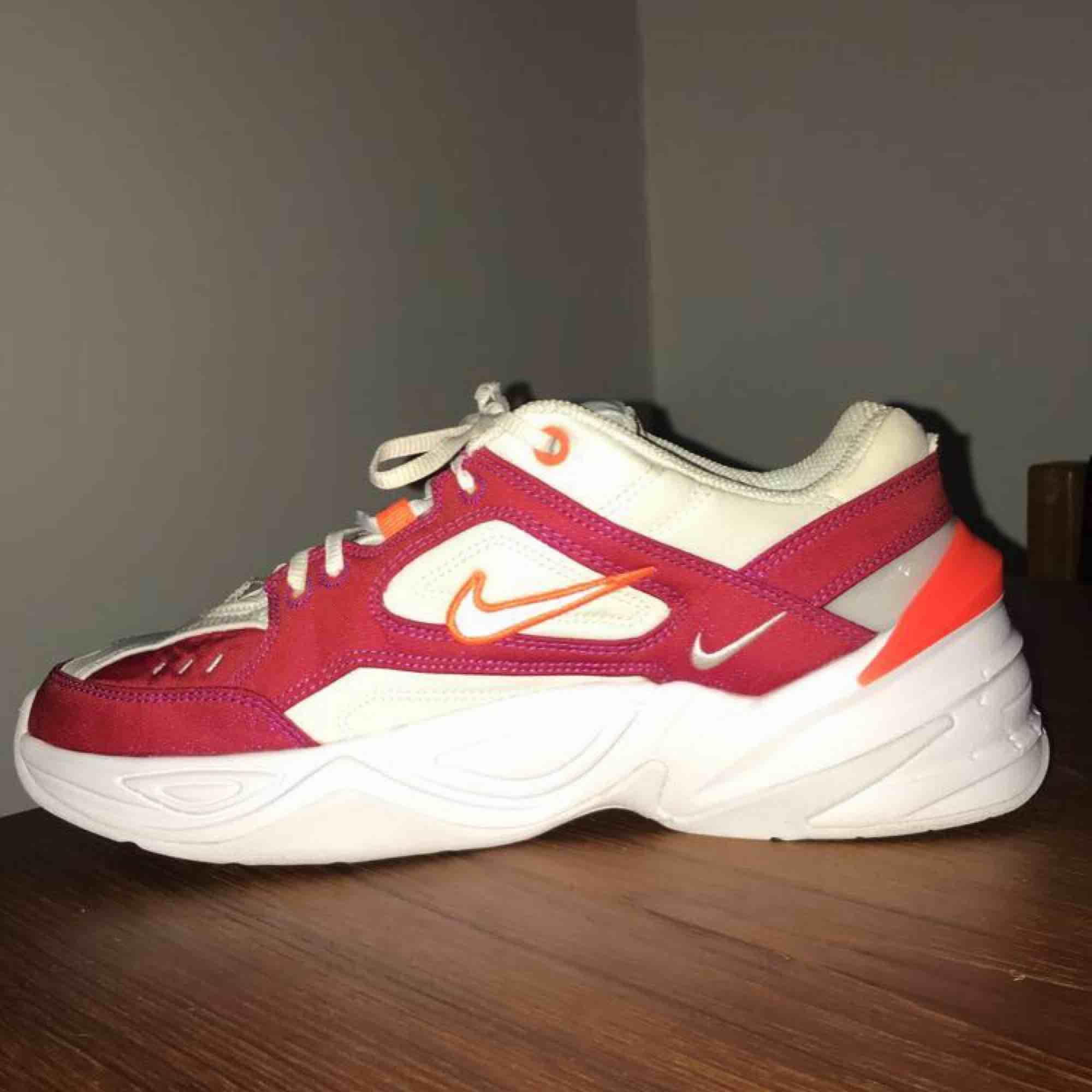 Säljer ett par Nike m2k tekno. Bara använda 2 gånger😊 men kommer tyvärr inte till användning. Köpta för runt 1000kr. Ena flörpen på ena skon är av (se bild 3), där av de billiga priset!😉😁 550+frakt. Skor.