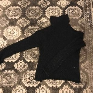 Skön och fin tröja från H&M. Svart stickad med en polokrage💗