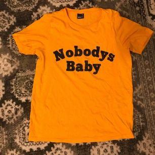 """ball t-shirt från Ginatricot med ett tryck """"nobodys baby""""🧡"""