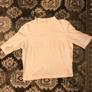 Super fin trekvarts tröja från Monki, knappt använd och är som ny, har en liten polo💗