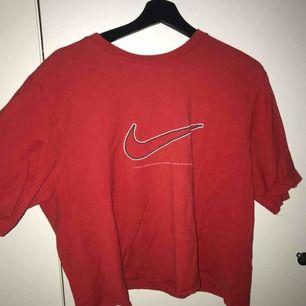 Skit snygg Nike tröja som tyvärr aldrig kommer till användning, köpt på humana seacondhand, använd ca 3 gånger bara❣️