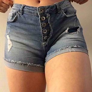 Jättesköna jeansshorts med snygga rips! Knäpps med fyra knappar på framsidan. Perfekta för sommaren! Säljer för att de inte kommer till användning längre. Kan mötas upp i Malmö eller frakta (köparen står för frakt)