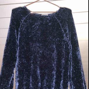 En mörkblå sjukt mysig och snygg sweatshirt från Zara i polyster! Varm och mysig och passar till bra till allt! Säljer pga inte min stil längre, kan mötas upp i Stockholm! Nypris 500kr, säljer nu mycket billigare🤯💗