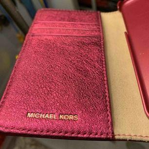 En rosa guldigt plånboksskal från Micheal kors! Använd 1-2 gånger pga inte min stil, fick den i julklapp. Inga repor alls, nyskick! Passar till iPhone 7 & 8. Kan mötas upp i Stockholm! Nypris 1000kr, men säljer nu för mycket billigare🤪👍🏽