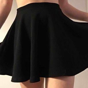 Jättefin svart circle skirt med stretchiga midja! Säljer den för att den inte kommer till användning längre. Passar bra på S till en lite större M eftersom midjan har sån bra stretch. Kan mötas upp i Malmö eller frakta (köparen står för frakt)