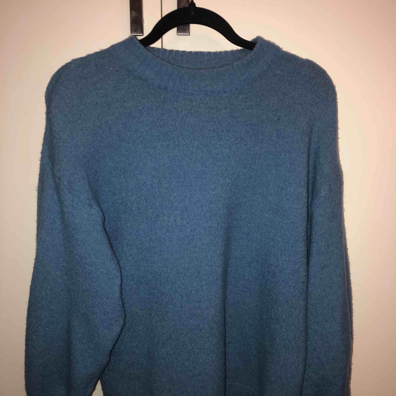 Mysig stickad blå tröja från Gina tricot, köpt i våras i strl S. Mycket bra skick. (Köparen står för frakt)☺️. Tröjor & Koftor.