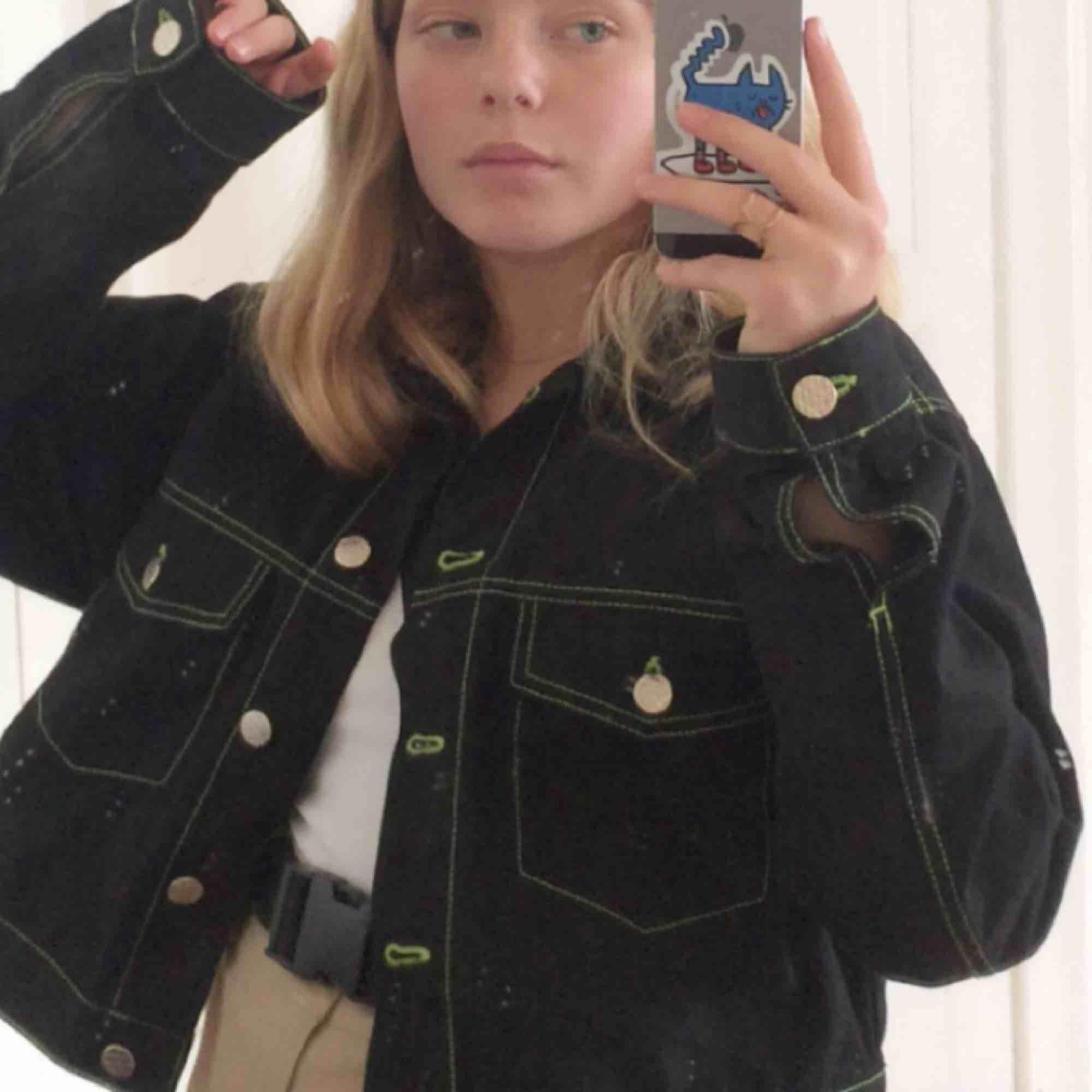 säljer min supersnygga jeansjacka från junkyard! den är använd men är i väldigt fina skick! Frakt ingår❤️. Jackor.