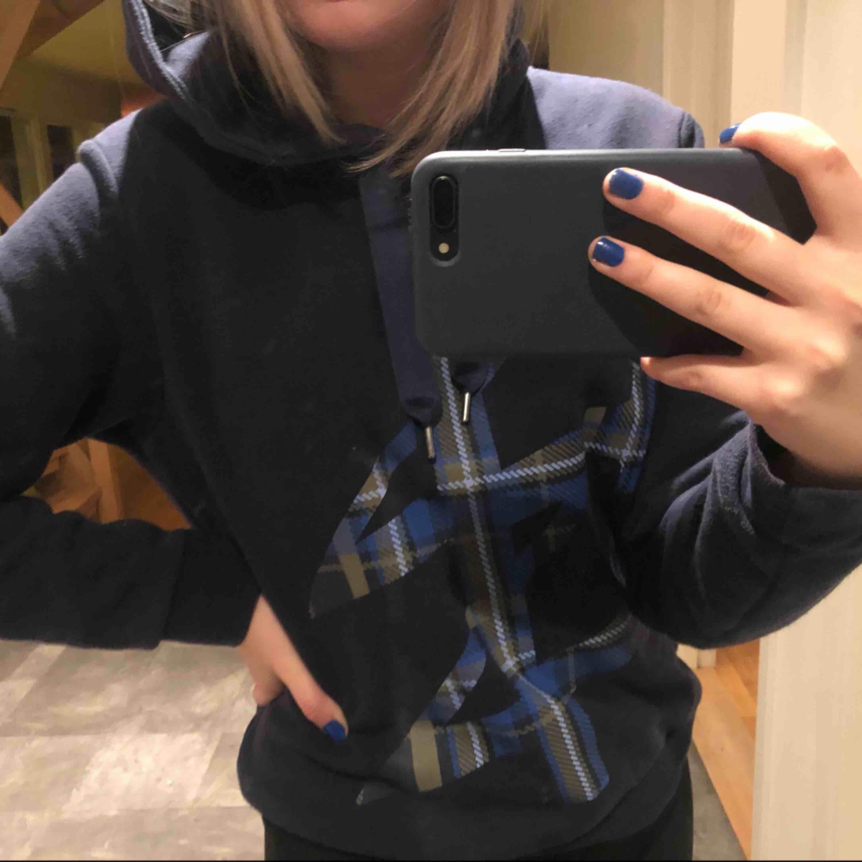 Mörkblå gosig hoodie med tryck från Carin Wester, köpt på Åhléns förra året. Strl S, originalpris 500kr. Knappt använd och fortfarande mysig i materialet. Bara att skriva Vid ytterligare frågor☺️ (köparen står för frakt . Huvtröjor & Träningströjor.