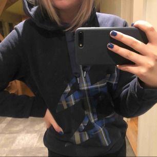 Mörkblå gosig hoodie med tryck från Carin Wester, köpt på Åhléns förra året. Strl S, originalpris 500kr. Knappt använd och fortfarande mysig i materialet. Bara att skriva Vid ytterligare frågor☺️ (köparen står för frakt