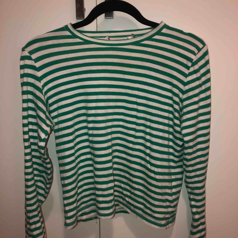 Vit Grönrandig tröja från NAKD, köpt i våras och knappt använd. Strl S. skitsnygg att ha simpelt till jeans eller under tjocktröja som framstickande detalj☺️ (köparen står för frakt). Toppar.