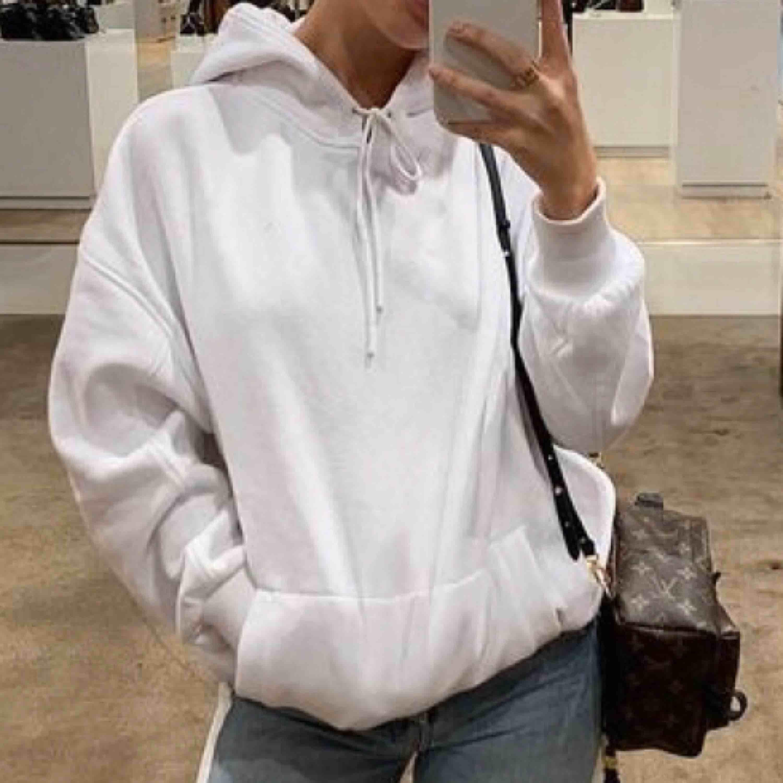Vit hoodie från weekday stl S💖💖. Huvtröjor & Träningströjor.