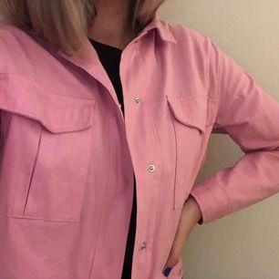 Skitsnygg rosa NAKD jacka. Strl 36. Köpt förra året använd max 2 gånger. (Köparen står frakt) 💖